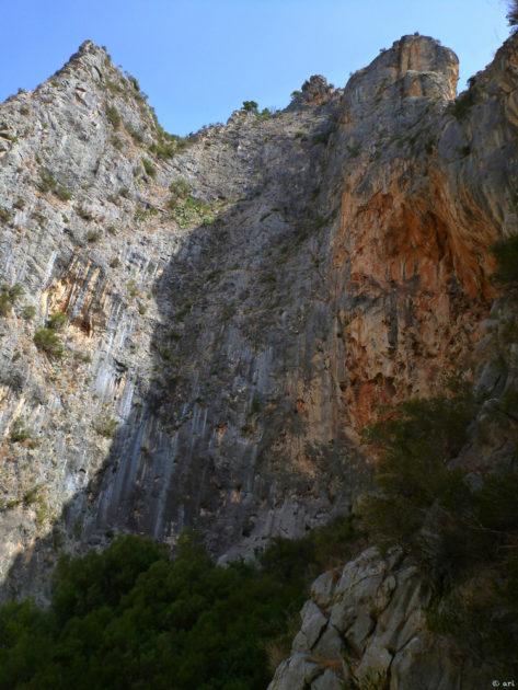 """Des de la via """"La isla Bonita"""" hi ha aquests vistes del sector Sa Gubia. Al mig hi ha la via Princesa, on estan escalant en Marsi i l'Argie."""