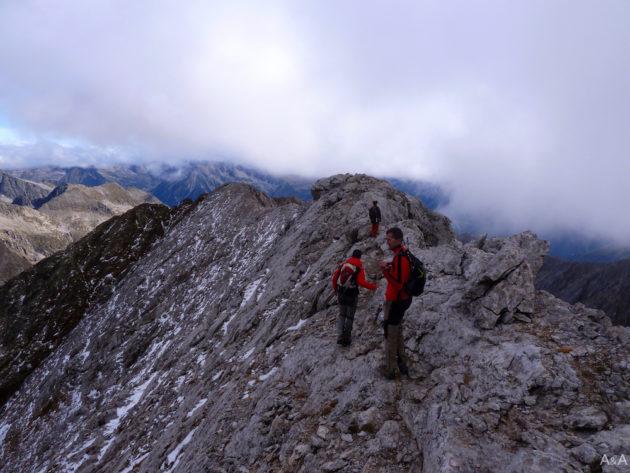Seguim la carena del Vallibierna. Aquestes taques blanques no és neu, sinó pedra que encara no s'ha desfet.