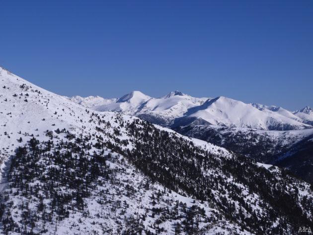 Vistes a l'est del Monteixó, Norís i la Pica d'Estats (només es veu la punta).