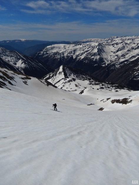 Vistes de l'estació d'esquí de Tavascan al fons i l'Albert atacant el Flamissella.