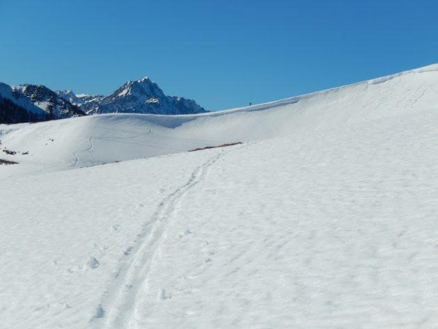 Després de remuntar fins al coll veiem una petita cornisa i un esquiador a sobre seu.