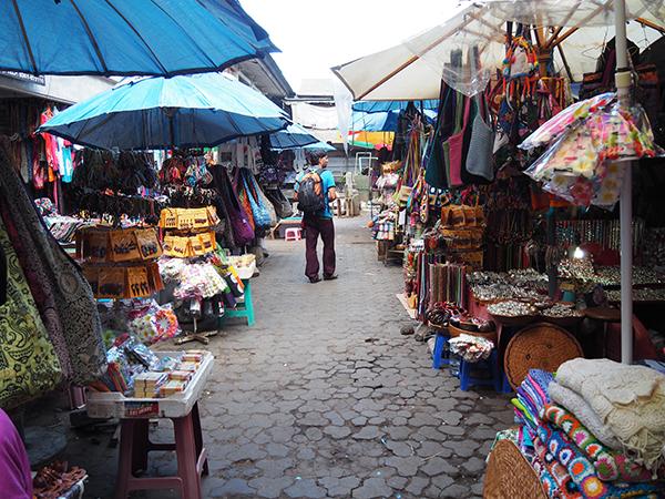 L'Albert passejant pel mercat d'Ubud.