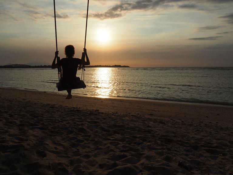 L'Ari gronxant-se amb la posta de sol.