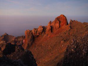 Part del cràter a dalt del cim.
