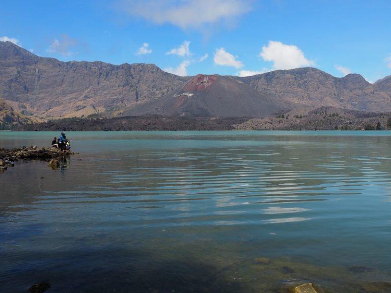 Els locals pescant al llac.