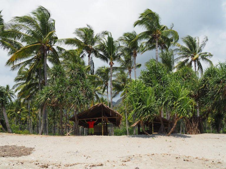 Casetes de bambú a la platja.