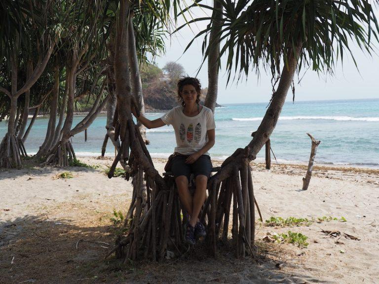 Descansant a l'ombra d'una palmera.