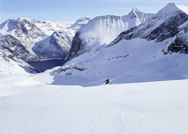 L'Albert esquiant a l'altra banda del fiord.
