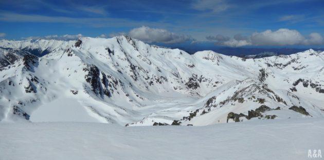 Vistes del Mont-Roig i l'estany Major des del cim.
