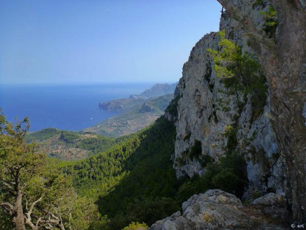 Grans vistes del mar i de les roques de la Serra de Tramuntana.