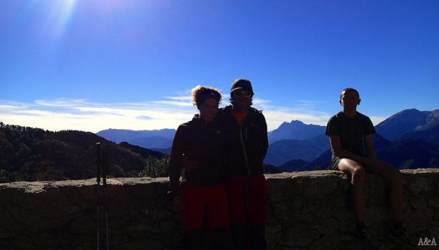 L'Ari, l'Albert i el Xavi amb el Pedraforca al fons.