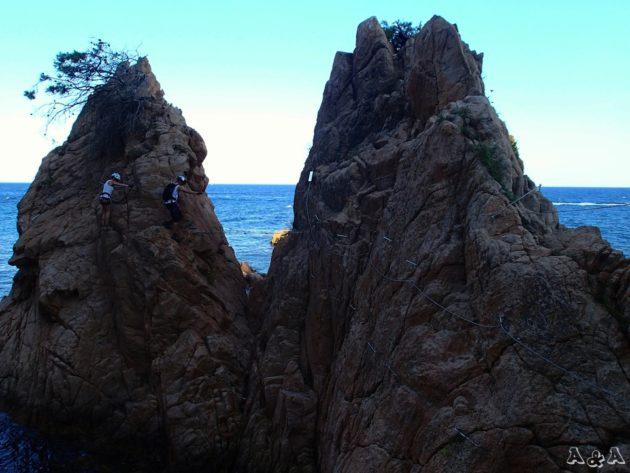 la instal·lació va carenejant les roques que formen les petites cales.