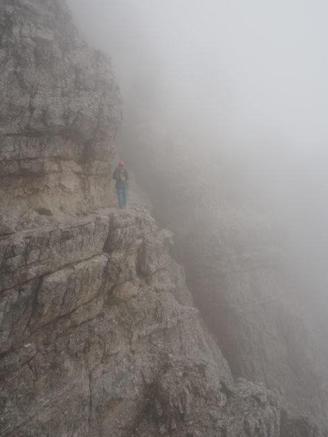 L'Albert enmig de la roca i de la boira.