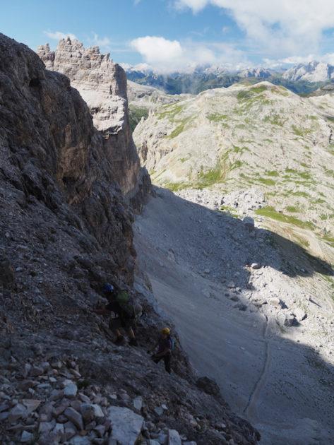 L'Esther i el Jordi pujant per la roca.
