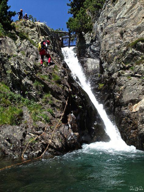 el primer ràpel es fa per fora de la cascada. També pot ser un salt des de la meitat.