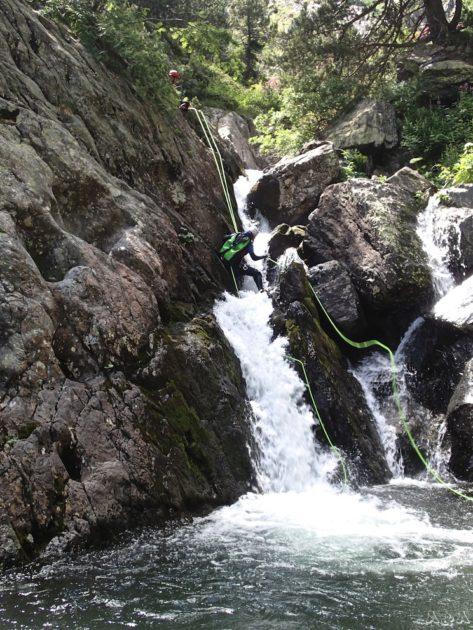 el ràpel estret, l'aigua té molta força i se t'emporta les cames.